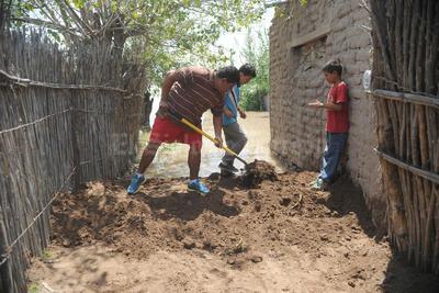 Habitantes de Santa Ana del Pilar bloqueaban algunas partes para evitar que el agua siguiera su cauce.