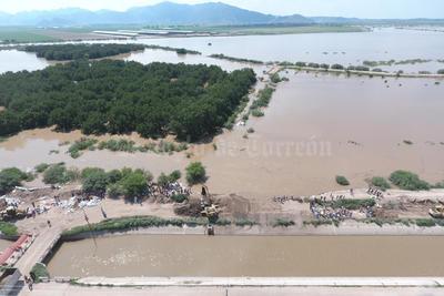 """En el ejido Jaboncillo, de Francisco I. Madero, el agua del río anegó varios cultivos y zonas que casi se """"brinca"""" al canal de riego que pasa cerca de allí."""