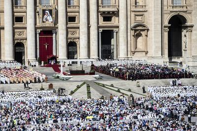 La madre Teresa de Calcuta se ha convertido en santa 19 años después de su muerte, el 5 de septiembre, y tras un rápido proceso de canonización ya que fue proclamada beata el 19 de octubre de 2003 en otra ceremonia multitudinaria en el Vaticano.