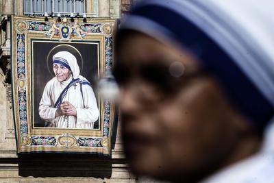 """El papa explicó que la figura de la madre Teresa será la santa de """"todo el mundo del voluntariado"""" y les instó a """"que ella sea vuestro modelo de santidad""""."""