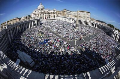 """Francisco reconoció que será difícil llamarla """"santa Teresa"""" porque """"su santidad fue tan cercana a nosotros, tan tierna y espontánea que se le seguirá llamando madre, madre Teresa""""."""