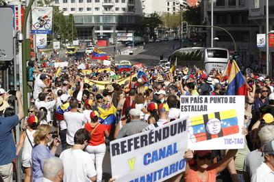 MADRID, ESPAÑA.- Participantes en la manifestación celebrada hoy en Madrid entre la Plaza de España y Ópera para reivindicar un cambio político en Venezuela y en apoyo de la celebración del referéndum revocatorio en ese país. EFE