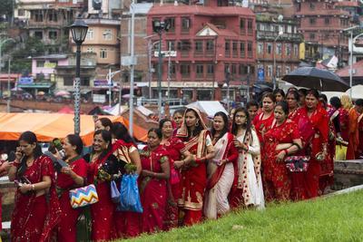 Katmandú (Nepal ).- Las mujeres hindúes de Nepal vistiendo traje línea roja en el culto a Shiva (dios de la creación y destrucción) durante Teej, un festival para las mujeres de Nepal , en el templo de Pashupatinath , Katmandu Nepal. las mujeres de Nepal casadas celebran Teej para la larga y próspera vida de sus maridos y las mujeres solteras celebran para conseguir un buen marido. EFE