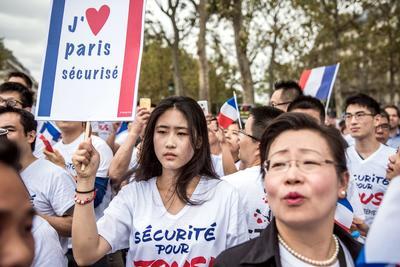 París (Francia ).- Los miembros de la comunidad china francesa ondean la bandera francesa durante una manifestación en París. La protesta pidió medidas de protección después de una serie de ataques contra los chinos y la muerte de Zhang Chaolin, de 49 años, que murió después de un asalto por tres hombres en las calles en Aubervilliers 07 de agosto de 2016. EFE