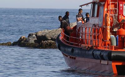 ALMERIA.- Los quince menores de origen argelinos que han sido rescatados de una patera interceptada al sureste de Cabo de Gata han desembarcado a las esta tarde en el puerto de Almería tras ser trasladados por la embarcación Salvamar Algenib. Una vez en las instalaciones portuarias, voluntarios de Cruz Roja les han atendido antes de ser puestos a disposición del Cuerpo Nacional de Policía. El Centro de Coordinación Operativa (CECOR) de Madrid alertó de que un avión italiano del Frontex había avistado una patera a 46 millas al sur del Cabo de Gata. EFE