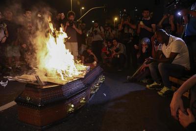 SAO PAULO (BRASIL).- Simpatizantes de la destituida presidenta brasileña Dilma Rousseff protestan, en Sao Paulo (Brasil). EFE