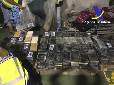"""MADRID.- Funcionarios de Vigilancia Aduanera y agentes de la Policía Nacional se han incautado de 900 kilos de cocaína procedentes de Colombia y que estaban ocultos en cajas de bananas. En esta operación conjunta han sido arrestadas tres miembros de una organización que se dedicaba a importar cocaína desde Sudamérica hasta España para su posterior distribución y que aparentaba una actividad comercial lícita de importación de fruta a través de una empresa, con sede en Sevilla, """"que utilizaban como tapadera"""". La investigación comenzó en abril, tras conocerse la existencia de una organización internacional asentada en España dedicada a la introducción de contenedores marítimos con cocaína para su ulterior distribución.EFE"""