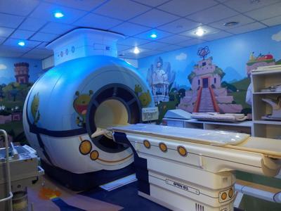 """BUENOS AIRES (ARGENTINA).- Fotografíade el hospital Garrahan de Buenos Aires (Argentina), que convirtió su sala de resonancias magnéticas en una aventura para sus pacientes, que tendrán que ayudar a un extraterrestre a encontrar su nave espacial en la """"ciudad perdida"""", una forma de ayudar a los pequeños a que pierdan el miedo a la prueba de diagnóstico. EFE"""