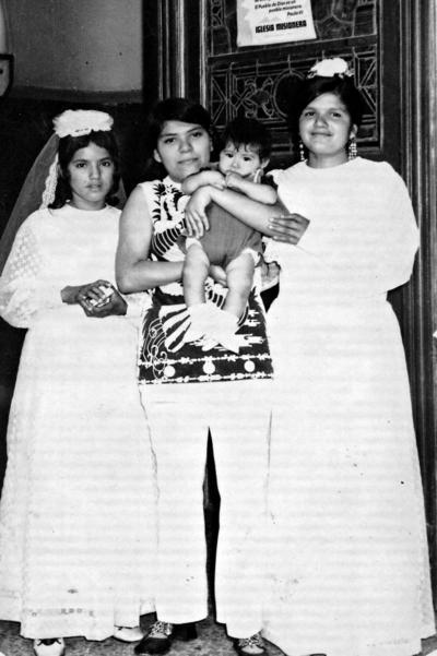 04092016 Emma Rodríguez, Baltazar Méndez, Catalina Rodríguez y Guadalupe Rodríguez. Recuerdo de la Primera Comunión de Catalina y Guadalupe en agosto de 1973.