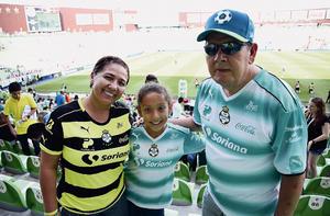 05092016 APOYAN AL SANTOS.  July, Mariana y Mariano.
