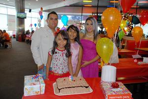 05092016 CELEBRA SU CUMPLE.  Frida Daniela Cháirez Rojas con sus papás, Gerardo Iván Cháirez Damián y Nancy Rojas Hernández, y su hermana, Ana Sofía.