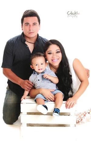 04092016 Eduardo Hurtado López y Brenda Ochoa Martínez con su hijito, Noel Hurtado Ochoa, en una bella fotografía de estudio. - Click! photography