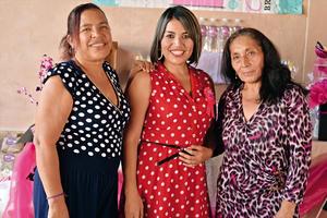 04092016 Karla Araujo acompañada de su madre, Sanjuana Morales, y su suegra, María Beatriz Álvarez.