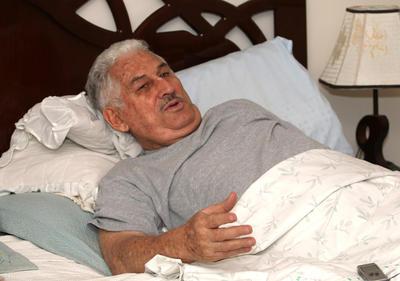 SANTA CRUZ (BOLIVIA).- El general boliviano en retiro Gary Prado Salmón, de 77 años, en su vivienda de la ciudad de Santa Cruz (este), tendido en una cama debido a la parálisis que afecta gran parte de su cuerpo desde hace 35 años cuando fue herido accidentalmente por un disparo. Prado Salmón, que hace 49 años siendo capitán capturó a Ernesto Che Guevara, considera hoy que el juicio que le siguen desde hace seis años en Bolivia en un caso de supuesto terrorismo es, en el fondo, una forma de cobrarle por la derrota que sufrió el guerrillero. EFE