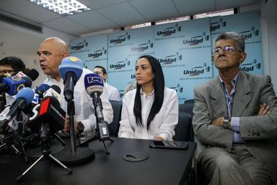 CARACAS (VENEZUELA).- El secretario general de la Mesa de la Unidad Democrática, Jesús Torrealba (c) junto al presidente de la Asamblea Nacional, el diputado Henry Ramos Allup (d), la diputada Delsa Solórzano (2d) y el diputado Freddy Guevara (i), participan de una rueda de prensa, en Caracas (Venezuela). La oposición venezolana convocó hoy a sus partidarios en la ciudad de Caracas a realizar una protesta de diez minutos el próximo miércoles, con el fin de exigirle al Poder Electoral las condiciones para recoger las firmas del 20 % de los electores para el referendo revocatorio presidencial. EFE