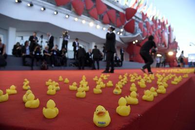 """VENECIA (ITALIA).- Fotografía de la alfombra roja decorada con patos de hule antes de la presentación de """"Piuma"""" en el 73 festival de Cine de Venecia. EFE"""