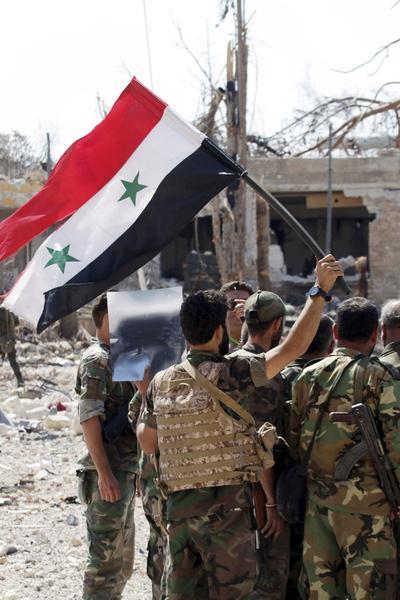ALEPO (SIRIA).- Fotografía facilitada por la Agencia de noticias siria SANA que muestra a un grupo de soldados sirios en una Academina militar en Alepo, Siria. Las fuerzas del régimen sirio y sus aliados del grupo chií libanés Hizbulá, con la cobertura aérea de Rusia, tomaron ayer el control de las Academias de Armamento, Artillería y Aérea en las afueras de la ciudad de Alepo, informó una ONG y la agencia oficial siria de noticias, SANA. El Observatorio Sirio de Derechos Humanos informó de que las fuerzas sirias lograron dominar esos centros militares después de un gran ataque y enfrentamientos con el Partido Islámico del Turkistán, el Frente de la Conquista del Levante (antiguo Frente al Nusra) y otras facciones islamistas. EFE