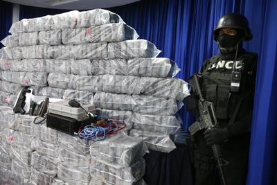 SANTO DOMINGO (REPÚBLICA DOMINICANA).- La Dirección Nacional de Control de Drogas (DNCD) y la Armada Dominicana presentan en rueda de prensa los resultados de una operación donde se incautaron mas de media tonelada de cocaína, en Santo Domingo (República Dominicana). Tres colombianos fueron apresados en el operativo, quienes además de la droga, portaban una metralleta Uzi y equipos de comunicación. EFE