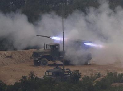 PHOCHEON-GUN (COREA DEL SUR) 06/09/2016.- Tanques participan en unas maniobras militares dirigidas ante el posible ataque de Corea del Norte en Phocheon-gun (Corea del Sur). El líder de Corea del Norte, Kim Jong-un, dirigió personalmente el ensayo de misiles de medio alcance llevado a cabo el lunes y que ha generado una fuerte condena en la comunidad internacional, informaron hoy medios estatales en Pyongyang. EFE