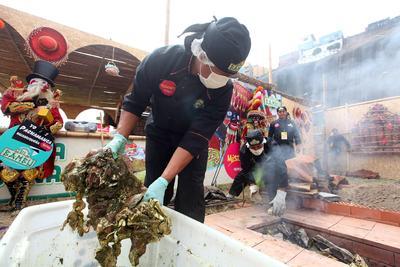 LIMA (PERÚ).- Cocineros preparándose para cocinar el plato pachamanca en la feria gastronómica Mistura en la ciudad de Lima (Perú). A la sombra de la popularidad alcanzada por el ceviche, la gastronomía peruana mantiene vigentes platos milenarios como la pachamanca, contundente expresión culinaria de los Andes, que mezcla carnes, tubérculos y legumbres cocinados bajo tierra, en un horno soterrado con piedras calientes. EFE