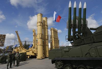 """KÚBINKA (RUSIA).- Un grupo de especialistas rusos observan el S-300VM """"Antey-2500"""", un sistema de misiles antibalísticos ruso, y un sistema de misiles Buk, sistema de defensa antiaérea con misiles tierra-aire, durante el foro """"Army 2016"""" celebrado en el recinto ferial """"Patriot"""" en Kúbinka, a las afueras de Moscú, Rusia. Rusia expone el poderío y las novedades de su industria militar en el foro """"Army 2016"""", inaugurado hoy y que permanecerá abierto al público hasta el próximo domingo. En la exhibición participan más de mil empresas y delegaciones de 80 países, entre ellos Alemania, Bielorrusia, Bolivia, China, Francia, India, Israel, Malasia, Tailandia y Suiza. EFE"""