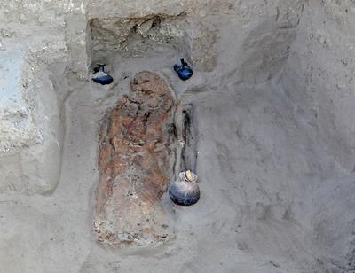 LAMBAYEQUE (PERÚ).- Fotografía sin fecha cedida por el Ministerio de Cultura de Perú, de uno de los 13 entierros de la época Chimú-Inca (siglos XV y XVI) con significativas ofrendas de cerámica, formas y elementos decorativos que definen la filiación cultural, como parte del Proyecto Arqueológico Chotuna-Chornancap en Chornancap, Lambayeque (Perú). EFE
