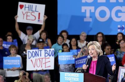 TAMPA (FL, EE.UU.).- La candidata a la presidencia de EE.UU. por el partido Demócrata Hillary Clinton habla durante un acto de campaña, en la Universidad del Sur de la Florida en Tampa (EE.UU.). EFE