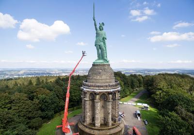 DETMOLD (ALEMANIA).- Fotografía área tomada con un dron donde se ve el trabajo de limpieza del Monumento Hermann Monument a más de 40 metros de altura, en Hiddesen cerca a Detmold (Alemania). EFE