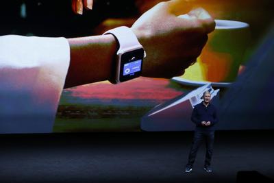 Entre los nuevos productos, se presentó el Apple Watch Series 2, que incluirá el sistema operativo WatchOS 3 e incluirá nuevos servicios, es sumergible a 50 metros e incluye la posibilidad de jugar Pokemon Go y realizar llamadas de emergencia con un solo botón.
