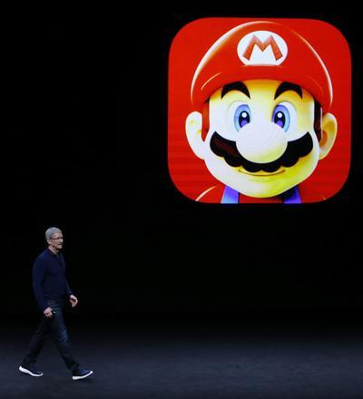 El consejero delegado de Apple, Tim Cook, dio la bienvenida a Miyamoto al escenario del auditorio Bill Graham de San Francisco para que presentar el nuevo juego, que representa la primera vez que Nintendo se asocia con Apple para la distribución de uno de sus juegos.