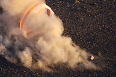 DZHEZKAZGAN (KAZAJISTÁN).- El módulo de aterrizaje del Soyuz TMA-19M aterriza a unos 150 km de Dzhezkazgan (Kazajistán). Los cosmonautas Alexei Ovchinin y Oleg Skripochka y el astronauta Jeffrey Williams han regresado a la Tierra tras 172 días a bordo de la Estación Espacial Internacional. EFE