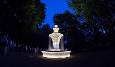 DRESDEN (ALEMANIA).- La fuente mosaico del Great Garden es iluminada hoy, miércoles 7 de septiembre de 2016, en Dresden (Alemania). Después de casi cuatro años de su clausura, la fuente vuelve oficialmente a funcionar. La fuente fue construida para la Exposición Hortícola Internacional en 1962, con base en el diseño del artista alemán Hans Poelzig, en el estilo Art Deco. EFE