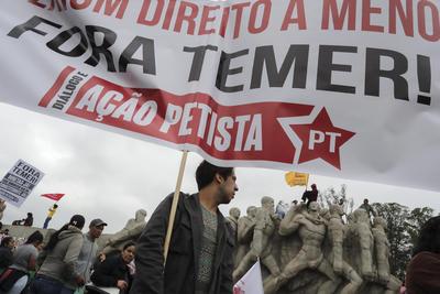SAO PAULO (BRASIL).- Un manifestante simpatizante de la destituida presidenta brasileña Dilma Rousseff protesta, por las calles de Sao Paulo (Brasil). El presidente brasileño, Michel Temer, encabezó hoy por primera vez el Desfile del Día de la Independencia, que los simpatizantes de la exmandataria Dilma Rousseff, destituida la semana pasada, convirtieron en una jornada nacional de protestas. La celebración de los 194 años de la Independencia de Brasil de la corona portuguesa fue aprovechada por los partidarios de Rousseff para manifestar su rechazo al juicio político que siete días atrás la despojó del mandato por un irregular manejo de los presupuestos. EFE