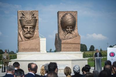 SZIGETVÁR (HUNGRÍA).- El viceprimer ministro turco, Veysi Kaynak, pronuncia su discurso delante de las estatuas del sultán otomano Solimán I (d) y del ban croata Nicolás Zrínyi (i) durante una ofrenda floral en la ceremonia que conmemora el 450 aniversario de la batalla entre los Habsburgo y el imperio otomano en el sitio de Szigetvár, en el sur de Hungría. El ban croata Nicolás Zrínyi o Zrinski estaba al frente del ejército durante la batalla de Szigetvár del 6 de agosto al 8 de septiembre de 1556 con el objetivo bloquear el avance del imperio otomano hacia Viena, entonces capital de la monarquía de los Habsburgo. EFE