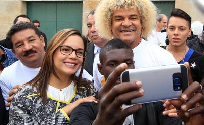 """BOGOTÁ (COLOMBIA).- Los deportistas colombianos Miguel """"El Happy"""" Lora (i); La patinadora """"Chechi"""" Baena; el medallista olímpico en boxeo, Yuberjen Martínez (c); y el exfutbolista Carlos """"El Pibe"""" Valderrama, se reunieron, en la Plaza de Bolívar de Bogotá (Colombia) para promover el """"Sí"""" en el plebiscito del próximo 2 de octubre en el que los ciudadanos se expresarán sobre el acuerdo de paz entre el Gobierno y la guerrilla de las FARC. EFE/MAURICIO DUENAS CASTAÑEDA"""