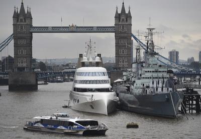 LONDRES (REINO UNIDO).- Un yate, propiedad del multimillonario ruso Andrey Melnichenko, se encuentra amarrado al lado del buque HMS Belfast en el río Támesis en Londres, Reino Unido. La embarcación, con un valor aproximado de 250 millones de euros, llegó esta semana a Londres. Cuenta con tres piscinas y una cama rotatoria. EFE/Andy Rain