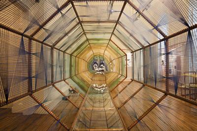 LONDRES.- Fotografía facilitada por la Bienal del Diseño de Londres de la instalación española en la muestra. Navegar con gafas de realidad virtual por lo que podría ser la ciudad española de Santander en 2116 o la transformación fronteriza entre EE.UU. y México en ciudades binacionales son dos de las 37 propuestas presentadas hoy en la Bienal. EFE