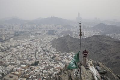 LA MECA (ARABIA SAUDÍ).- Musulmanes oran en el Monte Al-Noor, en la ciudad sagrada de La Meca (Arabia Saudí). Los musulmanes creen en que el profeta Mahoma recibió las primeras palabras del Corán en lo alto del Monte Al-Noor. La peregrinación a La Meca se realiza del 9 al 14 de septiembre de 2016. EFE/Fazry Ismail
