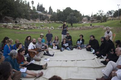 """JERUSALÈN (ISRAEL), 7/9/2016.- Judios, musulmanes y cristianos cantan, durante un evento espiritual, parte del """"Mekudeshet Culture festival"""", en el valle de Hinnom, cerca de la ciudad vieja de Jerusalem (Israel). El festival se lleva a cabo del 4 al 23 de septiembre. EFE"""