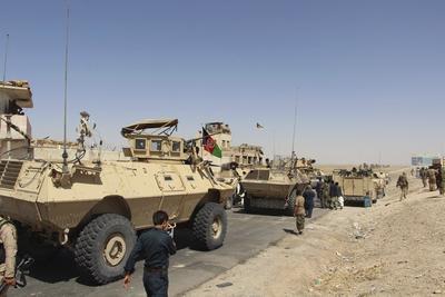 HELMAND (AFGANISTÁN).- Miembros de la seguridad afgana patrullan la autopista que une Kandahar y Helmand en Afganistán. Según fuentes oficiales 160 talibanes has sido abatidos y otros 69 heridos durante diversas operaciones en esta última semana en la provincia de Helmand. EFE