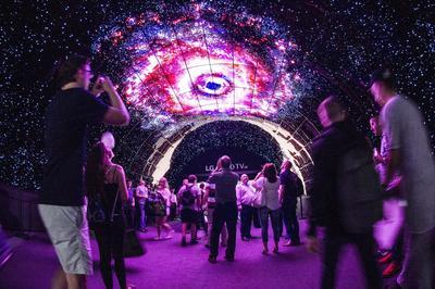 BERLÍN (ALEMANIA).- Varios visitantes pasean por un túnel realizado con pantallas de televisión en la feria tecnológica IFA en Berlín, Alemania. La feria IFA es el escaparate de las novedades tecnológicas y antesala del futuro. EFE