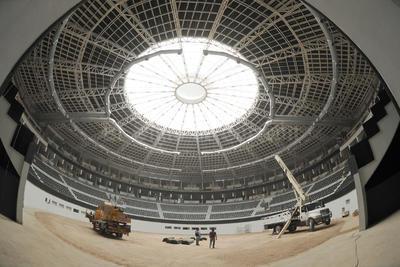 Trabajadores laboran en el nuevo concepto del Coliseo Centenario.