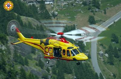 AOSTA (FRANCIA/ITALIA).- Fotografía cedida por el organismo italiano Alpine Resuce que muestra al helicóptero italiano del organismo durante las labores de evacuación de alrededor de 110 personas, de las 36 cabinas de un teleférico del macizo del Mont Blanc, en la frontera franco italiana, a más de 3.000 metros de altura, paralizado por una avería, informó la Gendarmería francesa. EFE