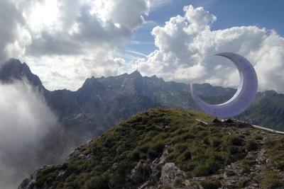 """ALPSTEIN (SUIZA.- Fotografía que muestra una escultura de una medialuna situada a 2.140 metros de altura en la montaña """"Libertad"""" (""""Freiheit"""") en la región de Alpstein, en los prealpes appenzelleses, Suiza. La escultura se ilumina durante la noche mediante paneles solares. El artista y ateo suizo Christian Meier situó la medialuna en la cumbre de una montaña para iniciar así un debate sobre el sentido que tiene colocar símbolos religiosos, como las cruces, en las cimas. EFE"""