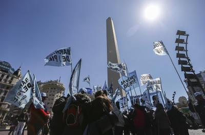"""BUENOS AIRES (ARGENTINA).- Decenas de personas convocadas por la organización """"Barrios de Pié"""" participan, en una """"Olla Popular"""" en los alrededores del Obelisco en Buenos Aires, en protesta por el desempleo y los problemas sociales en Argentina. EFE"""