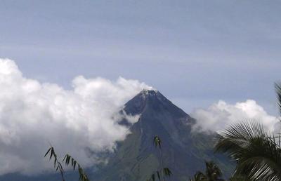 LEGAZPI (FILIPINAS).- Fotografía facilitada por el Instituto de Vulcanología y Sismología (Phivolcs) que muestra al volcán Mayon en la ciudad de Legazpi, provincia de Albay, Filipinas. El Phivolcs aumentó la alerta al nivel uno tras observar anomalías en el volcán Mayon. El jefe de Phivolcs en la región de Bicol, Ed Laguerta, alertó a los residentes de la zona para que estén preparados ante una posible evacuación en caso de que la actividad del volcán se intensifique. EFE