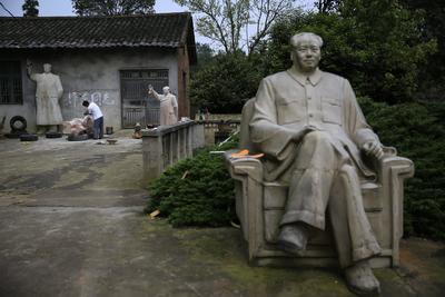 SHAOSHAN (CHINA).- Fotografía que muestra al escultor chino Tian Yongjun que fabrica estatuas del exlíder Mao Zedong en su taller en Shaoshan (China). China conmemora mañana el 40 aniversario de la muerte de su exlíder Mao Zegdong. EFE/How Hwee Young