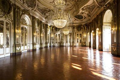 QUELUZ (PORTUGAL).- Fotografía facilitada por el Palacio Nacional de Queluz, otrora escenario de la opulencia de la corte portuguesa. El Palacio de Versalles luce, con una riqueza arquitectónica acompañada por extensos jardines que trasladan al visitante a la sofisticación del siglo XVIII. EFE