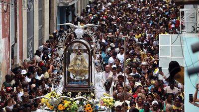 LA HABANA (CUBA).- Cientos de personas participan en una procesión con la virgen de la Caridad del Cobre, patrona de Cuba, en La Habana (Cuba). EFE