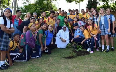 """SAN JUAN (PUERTO RICO).- Abdul Aziz bin Ali Rashid Al Nuaimi (c), miembro de la familia real de Ajman, uno de los siete emiratos de los Emiratos Árabes Unidos (EAU), posa ayer con parte del grupo de estudiantes de escuela superior y universitarios Centros Sor Isolina Ferré, en Puerto Rico, que se dieron cita a la conferencia. Al Nuami les animó a que se conviertan en """"agentes de cambio en pro del medio ambiente"""" diciéndoles que """"tienen que perseguir sus sueños, no pueden esperar a que los sueños lleguen a ustedes"""". En su conferencia, el llamado """"Jeque Verde"""" explicó cómo se puede reducir el consumo de energía eléctrica sencillamente apagando luces, por lo que ofreció una parte de su presentación con las luces del teatro apagadas. EFE"""